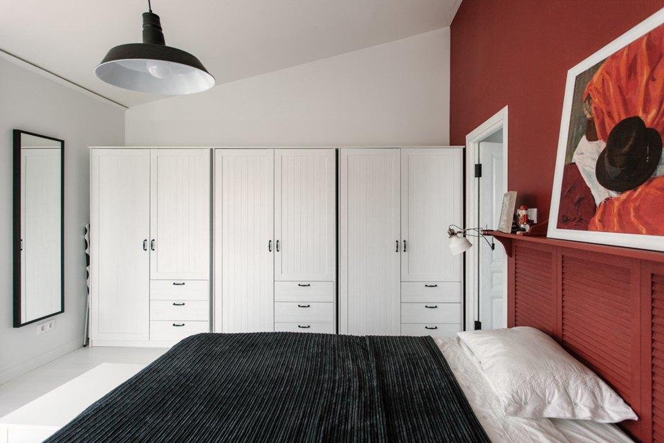 Вместо гардероба вдоль одной из стен спальни установлены плательные шкафы.