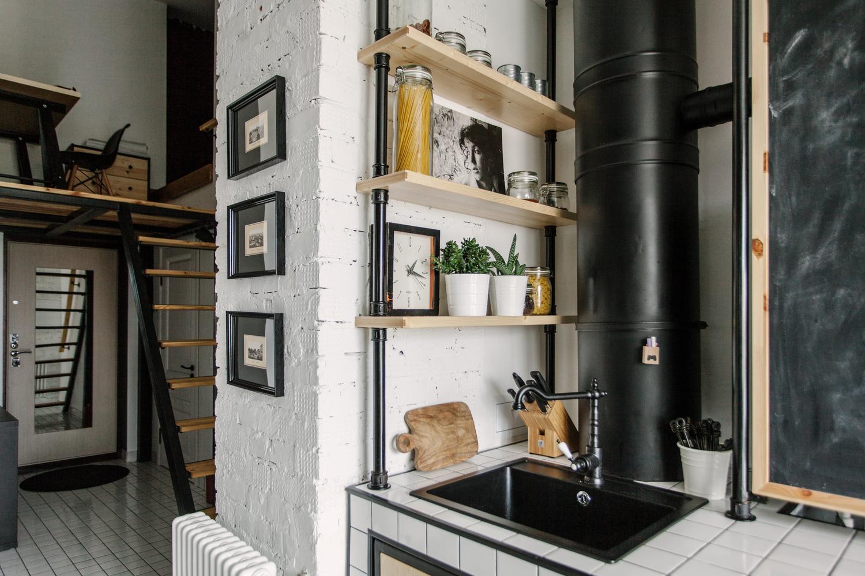 За углом кухни можно видеть лестницу ведущую на антресоль с домашним офисом.