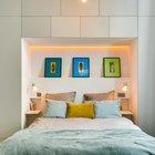 Изголовье кровати углублено в нишу образованную шкафом во всю стену. Сама ниша у изголовья кровати подсвечивается светодиодной подсветкой. (интерьер,дизайн интерьера,мебель,квартиры,апартаменты,современный,рустикальный,деревенский,кантри,1950-70е,середина 20-го века,медисенчери,медисенчери модерн,модерн,средневекоый модерн,модернизм,mcm)
