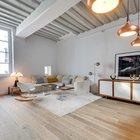 Комод с подсвечниками на нем также как и многие другие элементы декора в этой квартире родом из середины 20-го века.