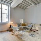 Несмотря на то что в квартире нет телевизора, а на предусмотренном для него месте находится картина, угловой диван стал неотъемлемой частью квартиры и местом встреч с друзьями.