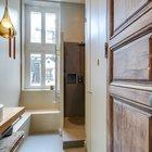 В просторной ванной комнате есть даже окно рядом с душем. Скамья у окна удобна когда нужно присесть или положить на нее вещи. (интерьер,дизайн интерьера,мебель,квартиры,апартаменты,современный,рустикальный,деревенский,кантри,1950-70е,середина 20-го века,медисенчери,медисенчери модерн,модерн,средневекоый модерн,модернизм,mcm)