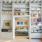 В спальню ведут широкие раздвижные двери прячущиеся в стены. Большую часть времени они остаются открытыми. (интерьер,дизайн интерьера,мебель,квартиры,апартаменты,современный,рустикальный,деревенский,кантри,1950-70е,середина 20-го века,медисенчери,медисенчери модерн,модерн,средневекоый модерн,модернизм,mcm)