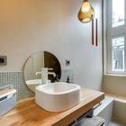 Великолепно выглядит толстая деревянная столешница под умывальником, а вот зеркало просится чтоб его повесили выше, либо нужно зеркало большего размера. На стене у окна видны узкие проемы соединяющие кухню и ванную комнату. (интерьер,дизайн интерьера,мебель,квартиры,апартаменты,современный,рустикальный,деревенский,кантри,1950-70е,середина 20-го века,медисенчери,медисенчери модерн,модерн,средневекоый модерн,модернизм,mcm)