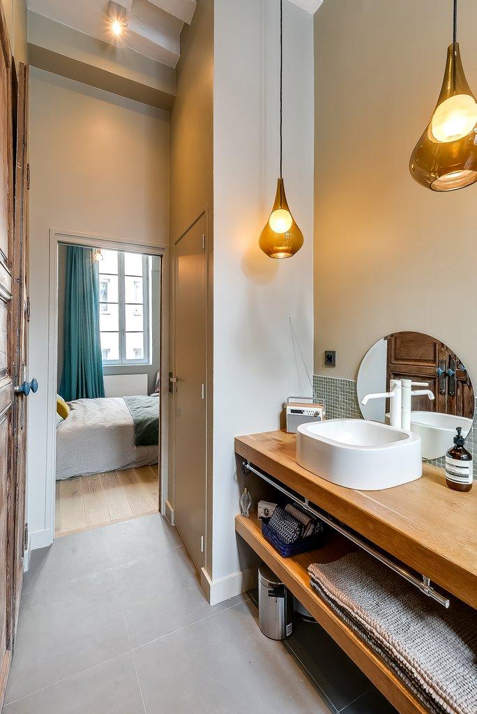 Напротив умывальника гардероб со старой дверью оставшейся из предыдущей жизни квартиры, она очищена от краски и служит украшением ванной комнаты.