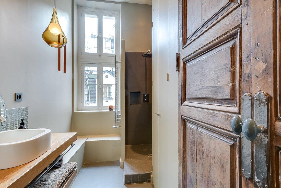 В просторной ванной комнате есть даже окно рядом с душем. Скамья у окна удобна когда нужно присесть или положить на нее вещи.