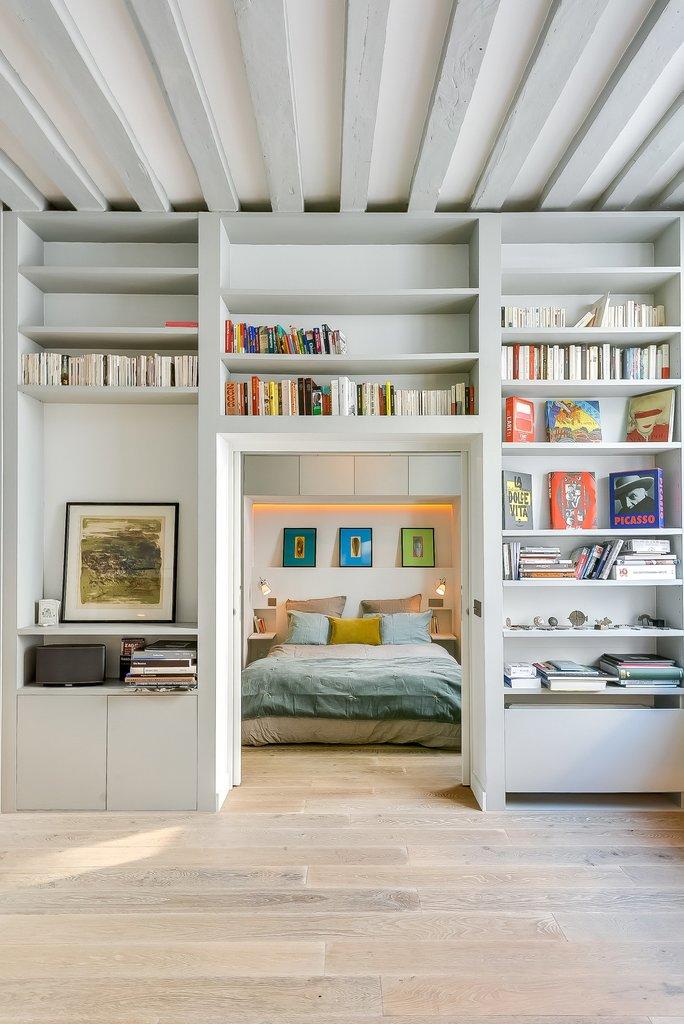 В спальню ведут широкие раздвижные двери прячущиеся в стены. Большую часть времени они остаются открытыми.