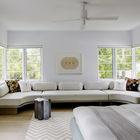Диван вдоль всей стены в спальне - это требование владельца. Он идеально подходит для чтения и дневного отдыха. Фото: Ричард Пауэрс (арт деко,арт-деко,интерьер арт-деко,стиль арт-деко,эклектика,смешение стилей,архитектура,дизайн,экстерьер,интерьер,дизайн интерьера,мебель,спальня,дизайн спальни,интерьер спальни,фото спальни,мебель для спальни,кровать)