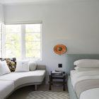 Главная спальня в спокойных пастельных тонах. Фото: Макс Замбелли (арт деко,арт-деко,интерьер арт-деко,стиль арт-деко,эклектика,смешение стилей,архитектура,дизайн,экстерьер,интерьер,дизайн интерьера,мебель,спальня,дизайн спальни,интерьер спальни,фото спальни,мебель для спальни,кровать)