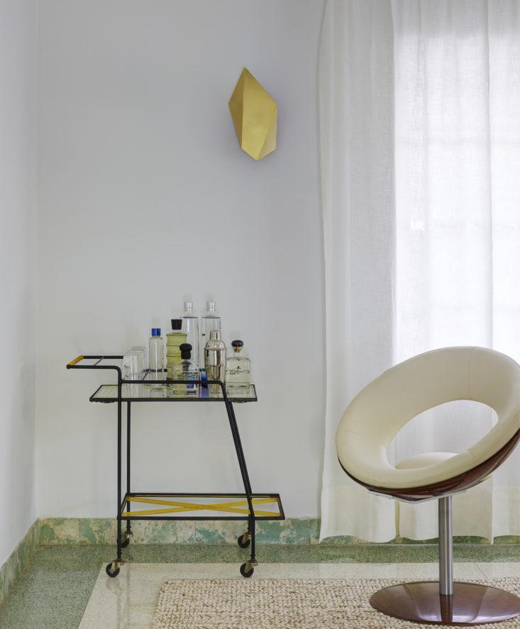 Барный столик куплен в одном из антикварных магазинов в Южной Америке, а стул - репродукция стула Рикардо Фасанелло 1969 года под названием Анель. Фото: Ричард Пауэрс