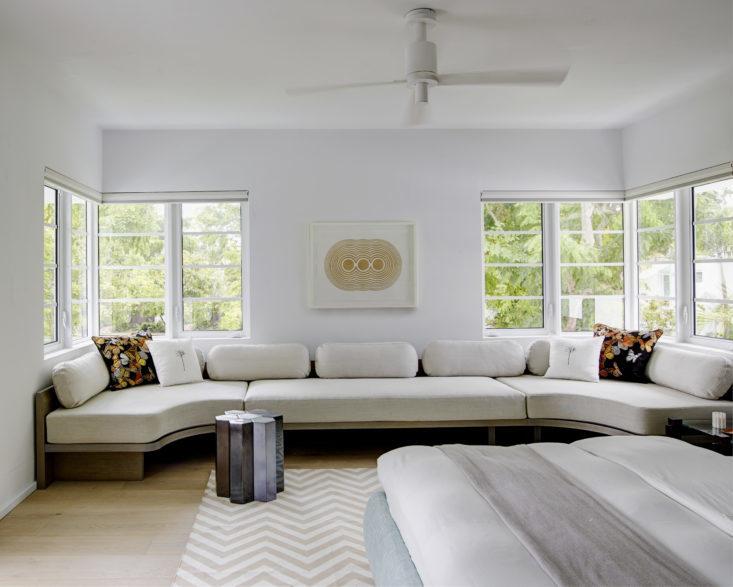 Диван вдоль всей стены в спальне - это требование владельца. Он идеально подходит для чтения и дневного отдыха. Фото: Ричард Пауэрс