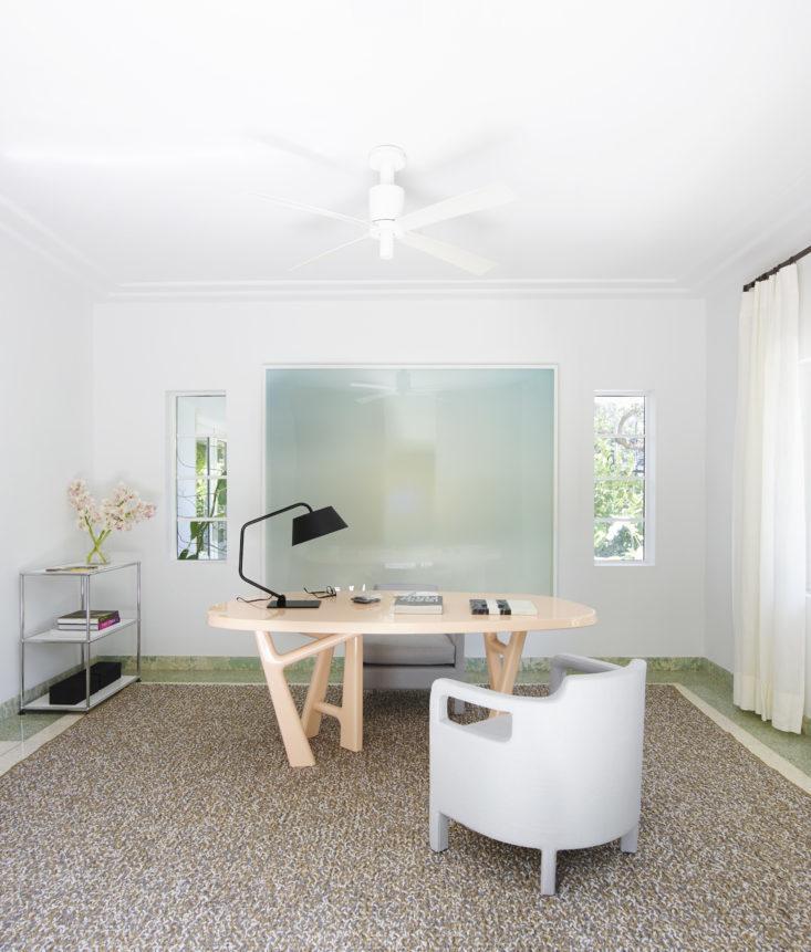 Домашний офис, где владелец работает, когда останавливается в доме. Фото: Ричард Пауэрс