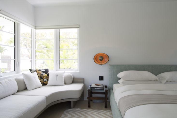 Главная спальня в спокойных пастельных тонах. Фото: Макс Замбелли