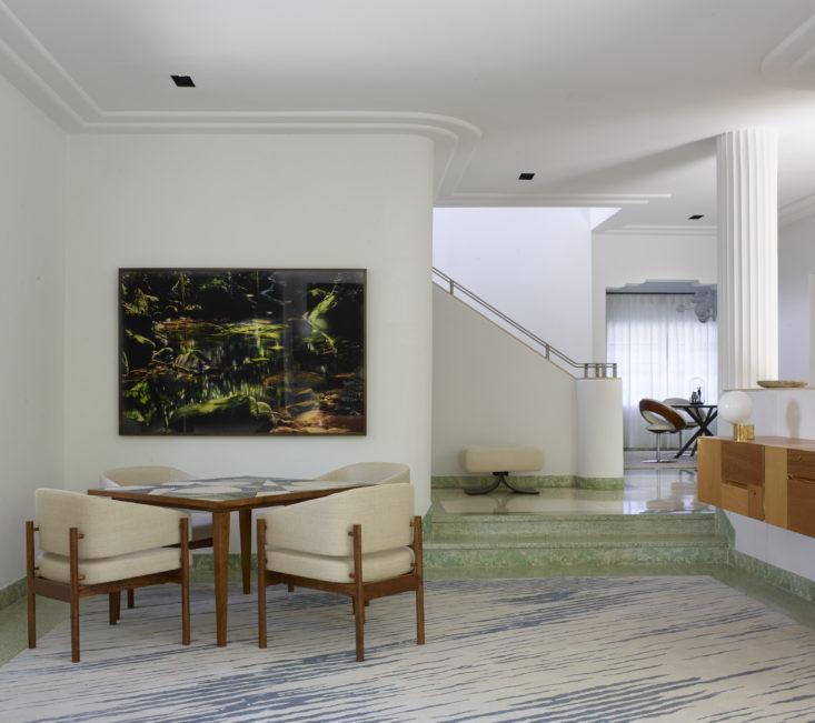 На данном фото хорошо видно арт-деко колорит дома - лестницы, рифленые колоны, полы терраццо. В углу стоит игровой стол. Фото: Ричард Пауэрс