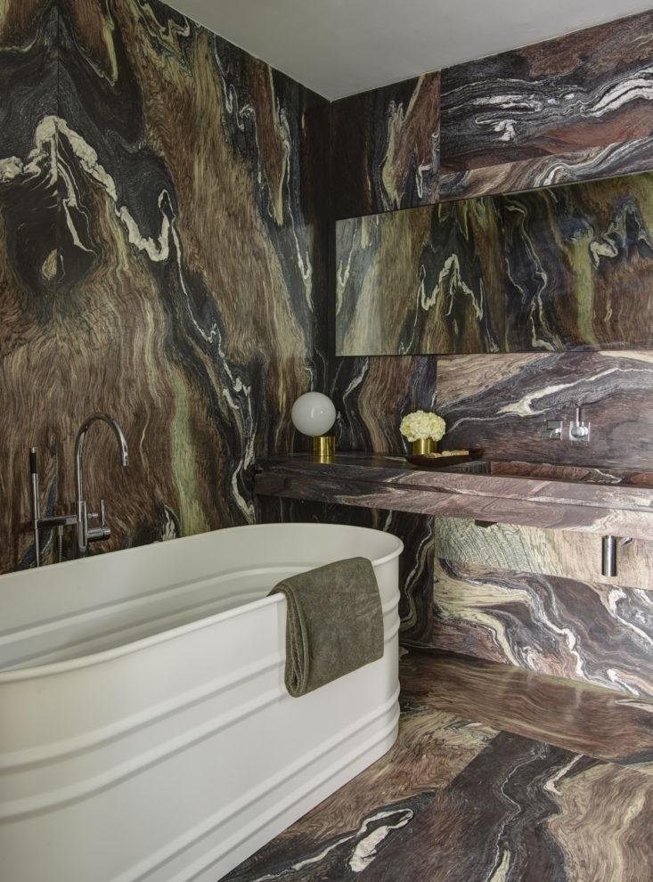 По задумке владельца и дизайнеров ванна выглядит мужественно. Фото: Ричард Пауэрс