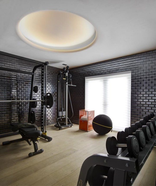 Тренажерный зал в углу дома позволяет уединиться и сосредоточиться на тренировке. Фото: Макс Замбелли