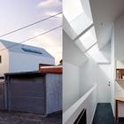 Лестница и коридор второго этажа хорош освещены благодаря трем мансардным окнам. Боковые окна не самая удачная мысль для дома на узком участке. (архитектура,дизайн,экстерьер,интерьер,дизайн интерьера,мебель,современный,минимализм)