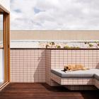 На террасе уже присутствует вся необходимая встроенная мебель. (архитектура,дизайн,экстерьер,интерьер,дизайн интерьера,мебель,современный,минимализм,балкон,лоджия,дизайн лоджии,дизайн балкона,ремонт балкона,ремонт лоджии,фото балкона,инеи балкона)