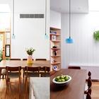Столовая выделена голубыми светильниками, а также теплыми деревянными текстурами.