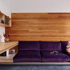 В холле второго этажа также можно встретить весьма удобный встроенный диван вдоль одной из стен.