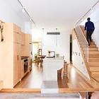 Жилое пространство отделяет задний двор от кухни и столовой.