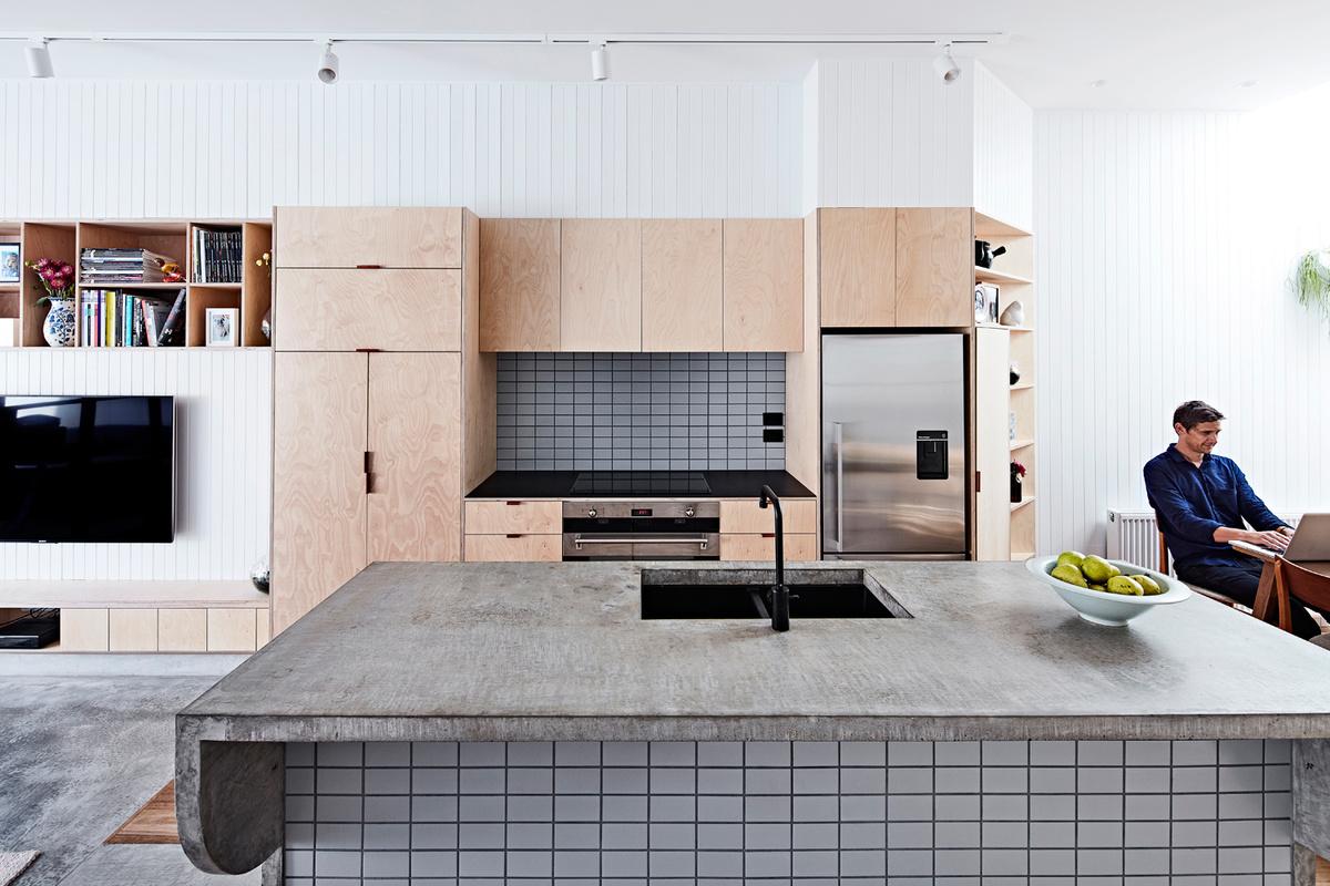 Благодаря большому кухонному острову на кухне много места для работы, даже если одновременно готовить будут несколько человек.
