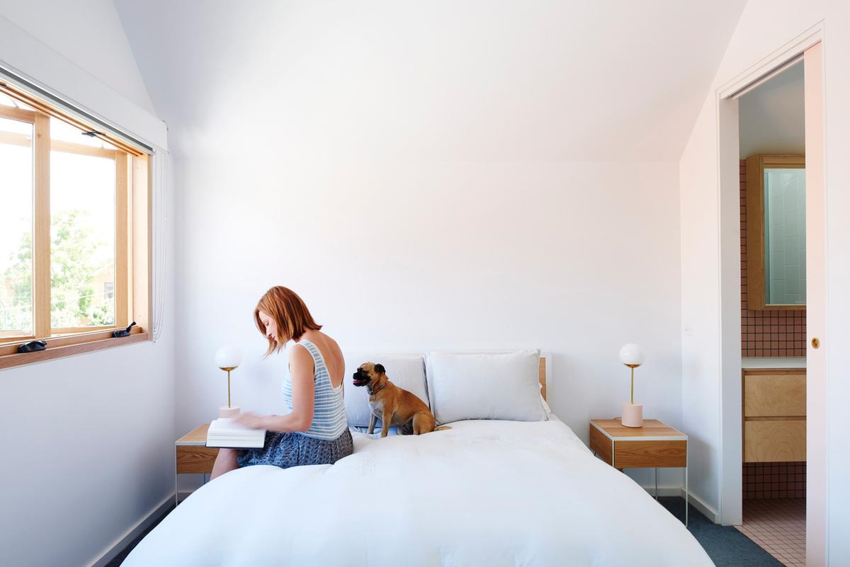 Далее по коридору находится одна из спален с собственной ванной.
