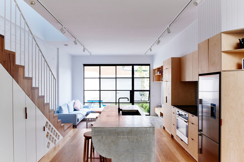 Кухонный остров выполнен из бетона, что освежает и осовременивает интерьер жилого первого этажа, а также весьма врактично
