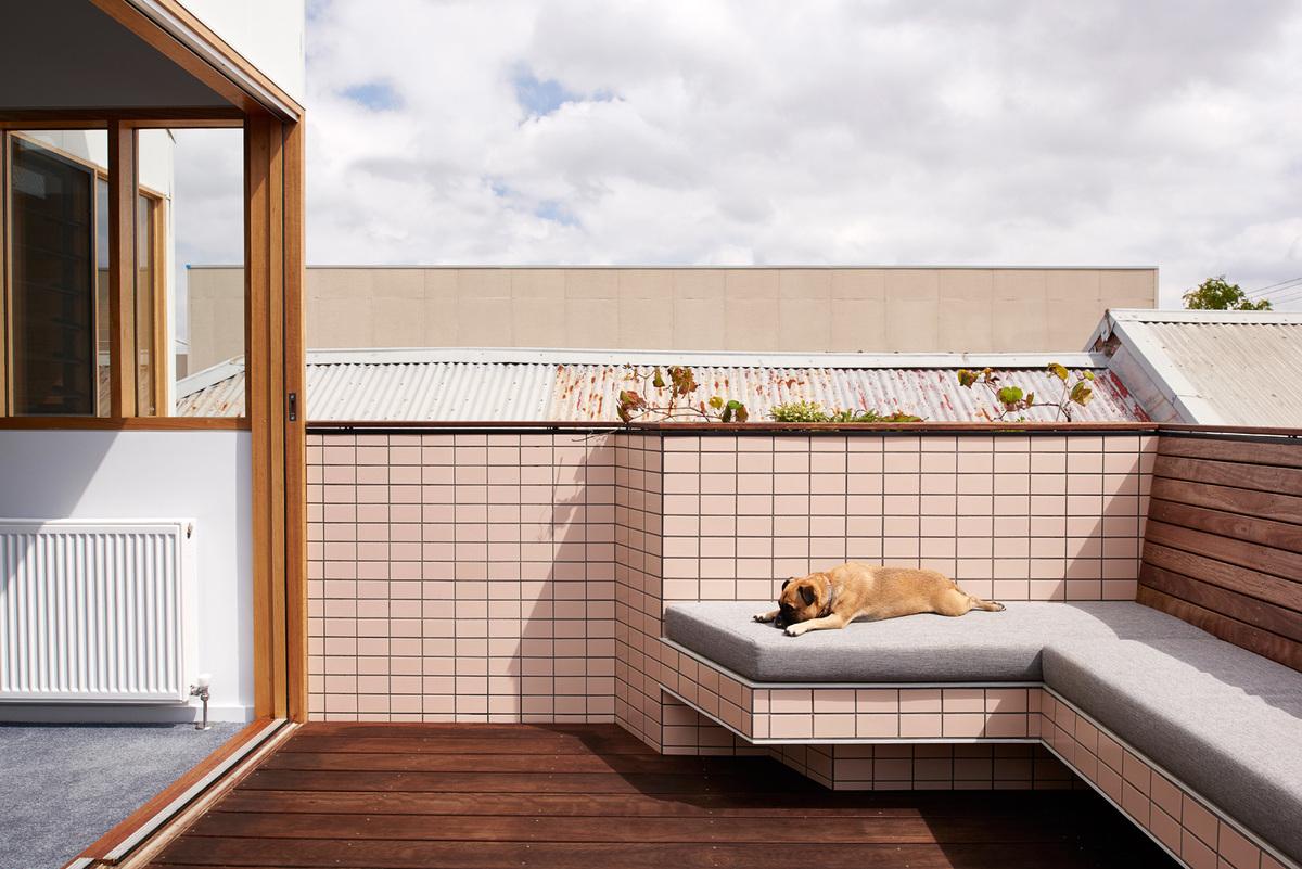 На террасе уже присутствует вся необходимая встроенная мебель.