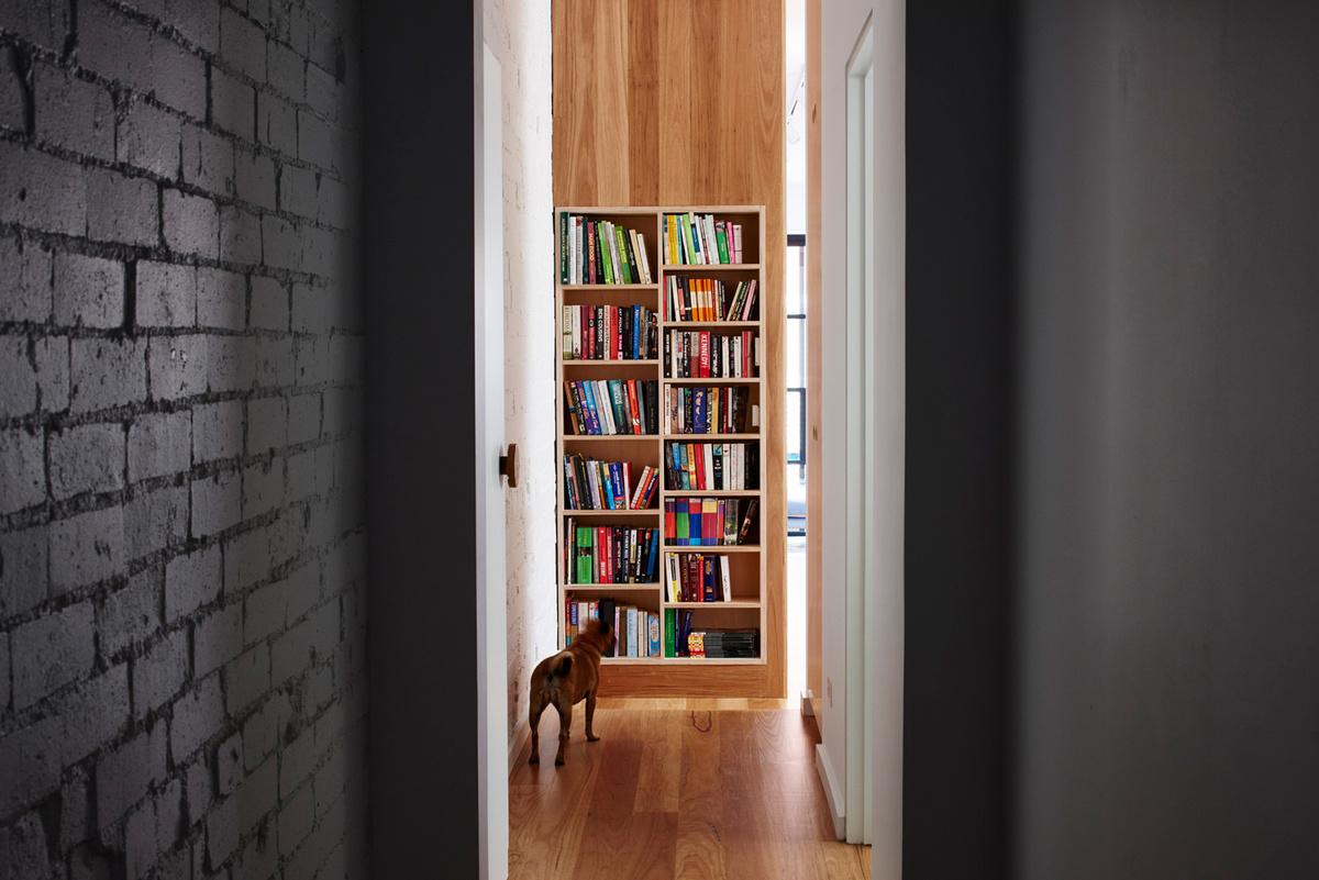 Небольшой коридорчик соединяющий спальни в старом доме на первом этаже с новой частью дома.