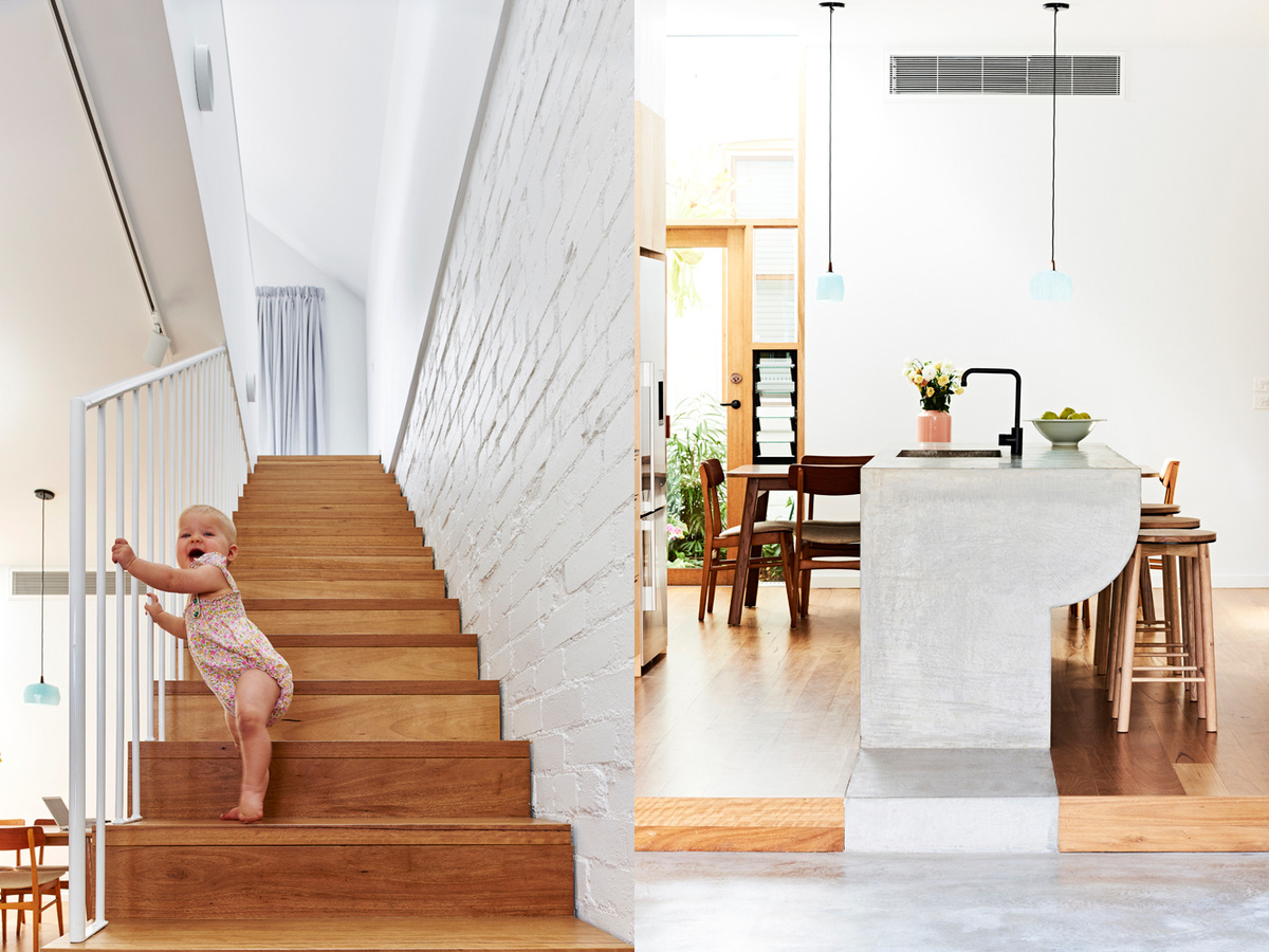 Одним из краев бетонная столешница переходит в бетонный пол гостиной, который, в свою очередь, хорошо сочетается с окрашенной кирпичной стеной у лестницы.