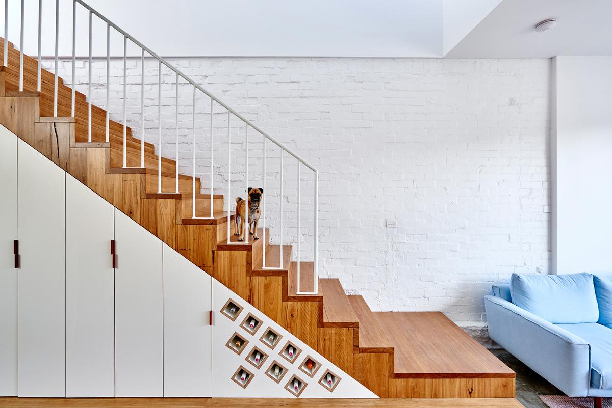 Поскольку дом узкий, то очеивдным решением было занять пространство под лестницей шкафами.