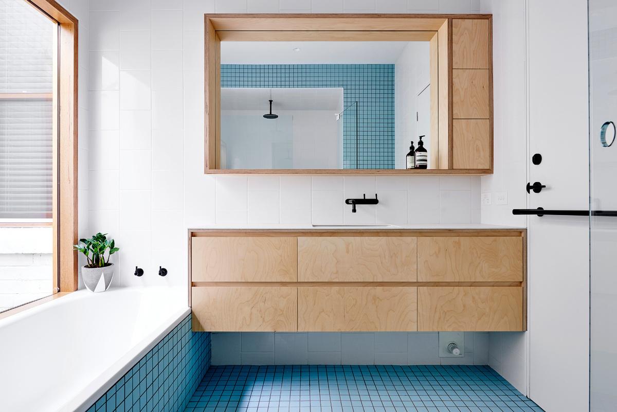 В ванне на первом этаже был использован голубой цвет, а мебель повторяет стиль другой мебели в доме