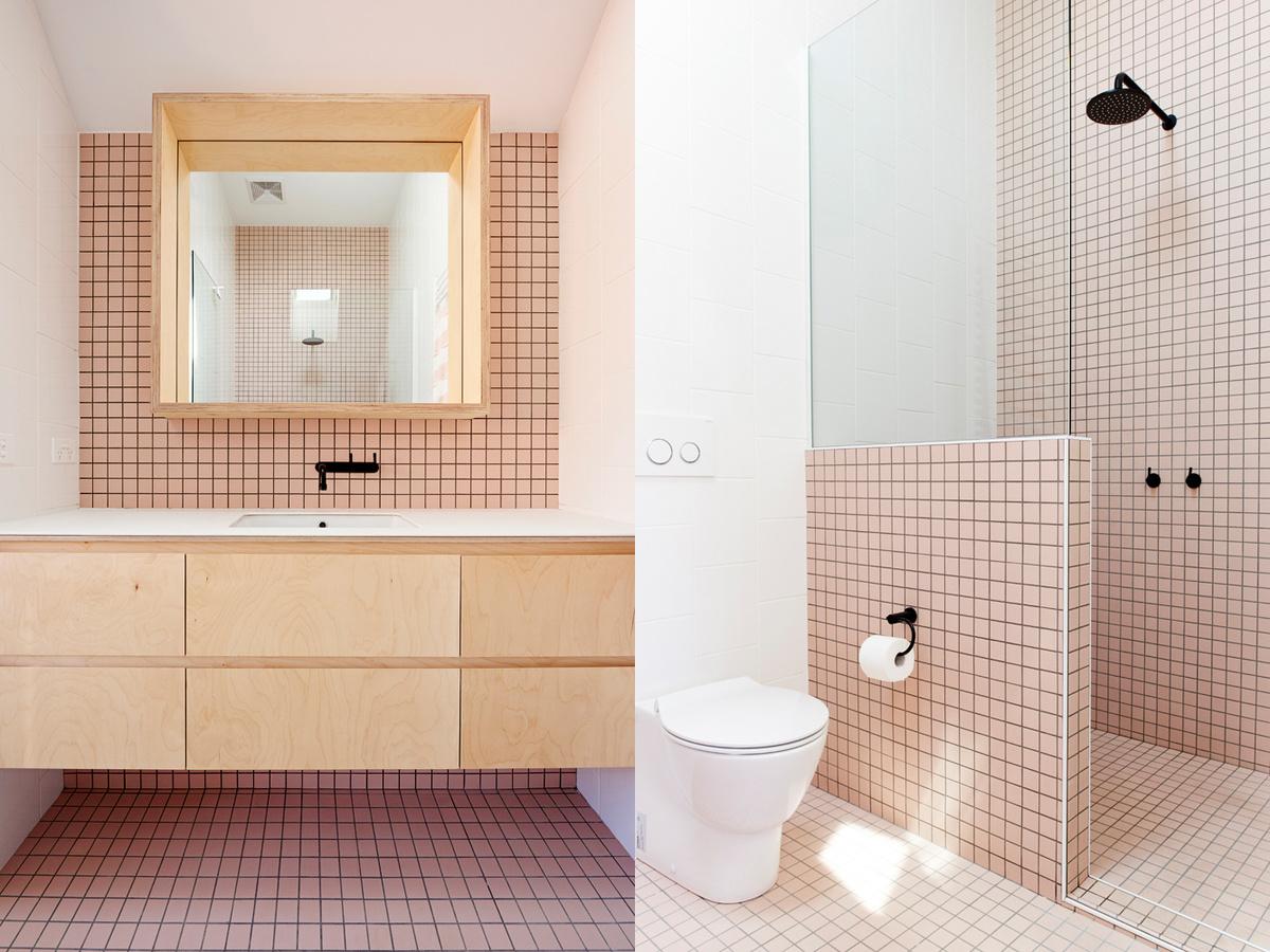 Ванна выполнена в розовых тонах, а мебель по стилю повторяет дизайн прикроватных тумбочек.