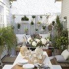 Небольшой дворик в плотной застройке, при соответствующем оформлении становится уютным местом летнего отдыха.