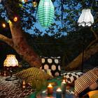 Романтический пикник на ковре разложенном прямо на полу террасы. Разноцветные гирлянды из лампочек снова весьма уместны.