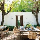 Уютный дворик в тени деревьев за высокими глухими стенами - идеальное место для дружеской вечеринки.