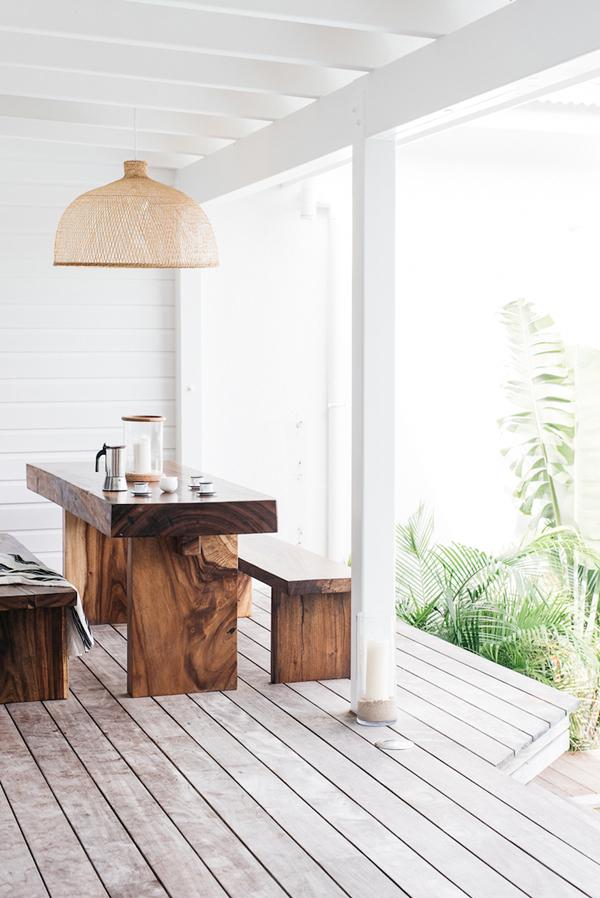 Если минимализм - ваш выбор, то лаконичные стол и скамьи из деревянного массива могут стать украшением вашей террасы.