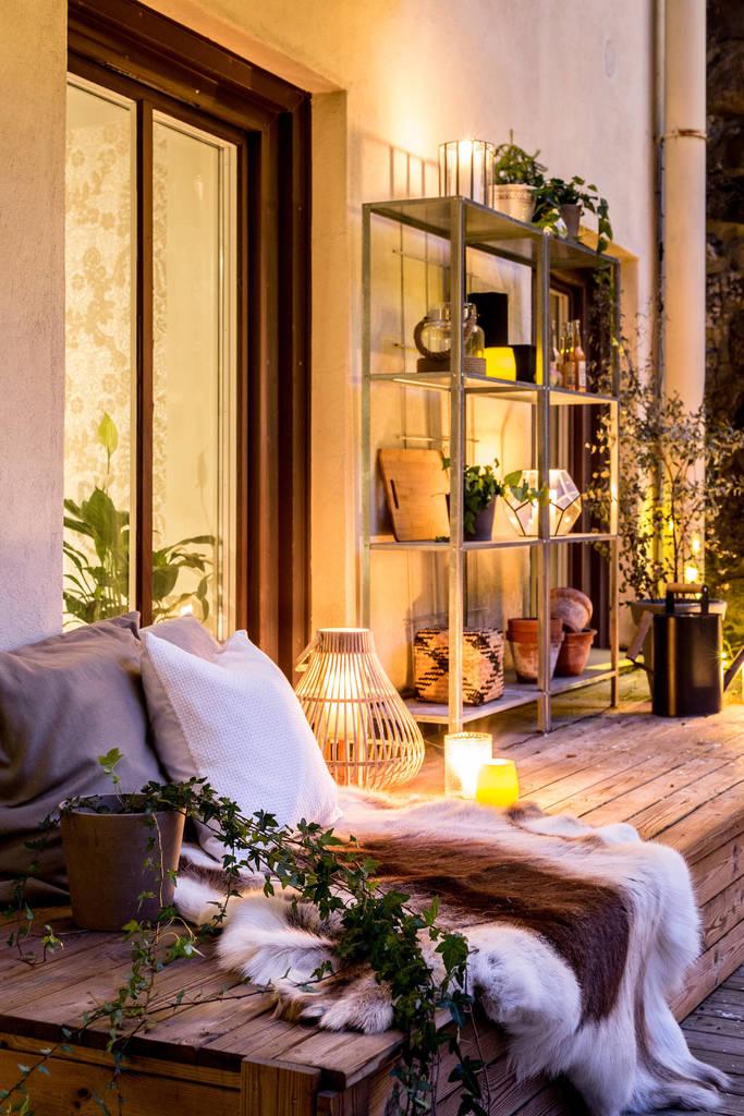 Если терраса достаточно изолирована и безопасна, то можно украсить ее большим количеством элементов декора