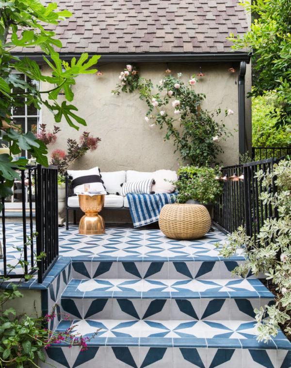 Кафельная плитка на террасе выглядит отлично и почти не требует ухода. Розы в вазонах могут украсить любую террасу или балкон.