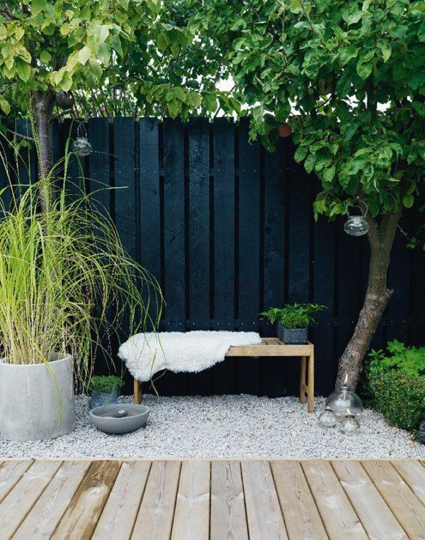 Небольшой дворик не станет помехой для создания элегантного и уютного пространства для отдыха.