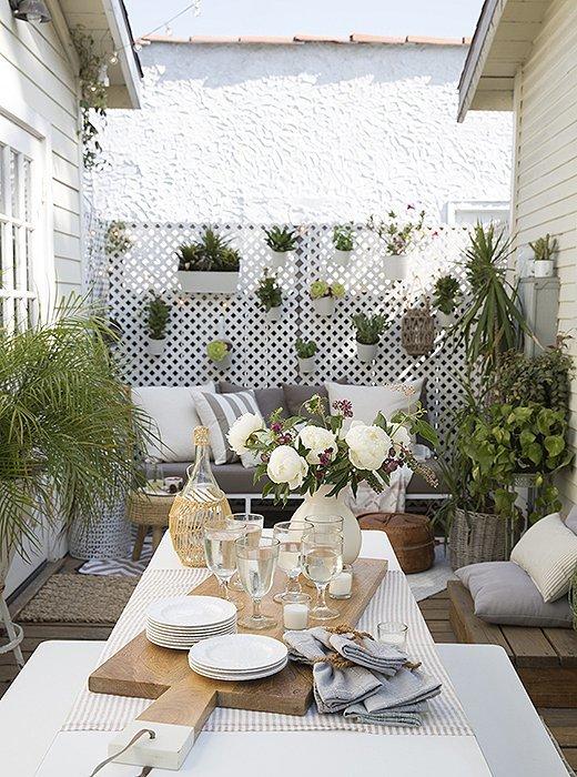 Небольшой дворик в плотной застройке, при соответствующем оформлении становится уютным местом летнего отдыха
