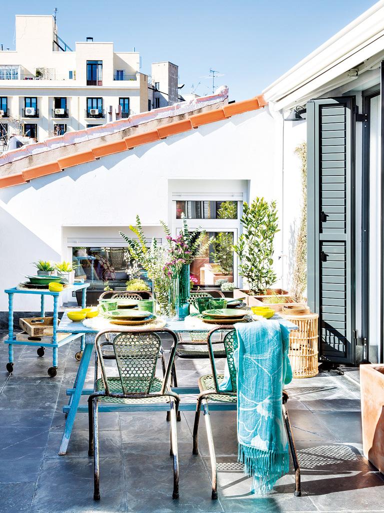 Ярким украшением любого дворика, террасы или балкона могут стать зеленые растения в вазонах и ящиках.