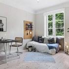 Вместо раскладывающегося в кровать дивана можно использовать обычную кровать, а днем ее просто накрыть покрывалом и положить подушки.