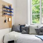 Неординарное и удачное решение использовать перфорированную доску над кроватью для размещения на ней полочки, ночника и будильника.