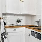 В небольшой кухне расположенной в нише поместилось все необходимое для приготовления пищи.