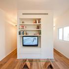 В шкафу на стене ванной комнаты хорошо разместился телевизор. (квартиры,апартаменты,архитектура,дизайн,экстерьер,интерьер,дизайн интерьера,мебель,современный,гостиная,дизайн гостиной,интерьер гостиной,мебель для гостиной,фото гостиной,идеи гостиной)