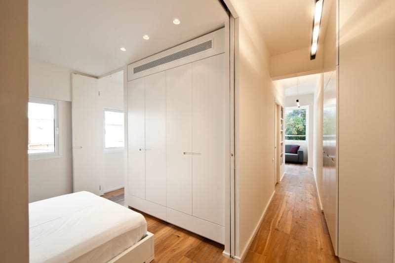 Архитекторы неординарно и удобно организовали помещения вокруг ванной комнаты и шкафов.