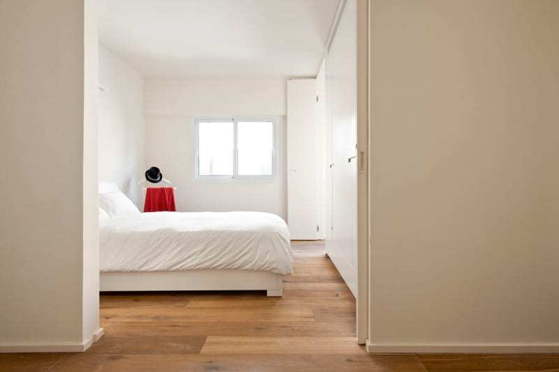 Большую часть времени раздвижные двери в спальню открыты. Так в коридоре становится значительно светлее