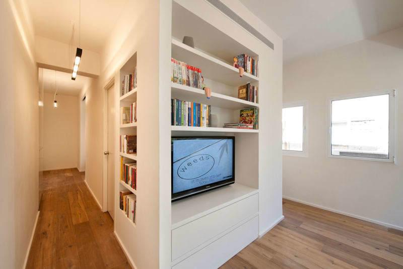 Книжные полки вносят некоторое разнообразие в длинный коридор.